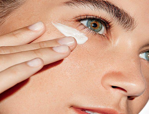 Τελικά υπάρχει σωστός τρόπος τοποθέτησης της κρέμας ματιών;